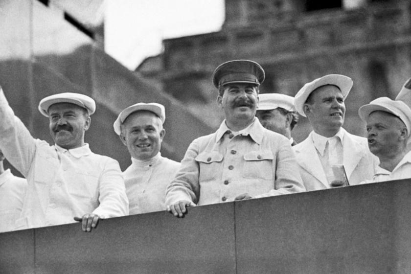 Sztálin Molotov és Hruscsov társaságában.