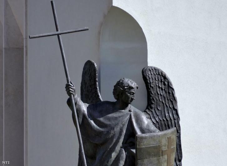 A sárkányt legyőző Szent Mihály arkangyal bronzszobra a budai várban, a karmelita kolostor mellé pár éve emelt kormányzati épületen
