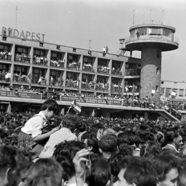 Így ünnepelték a magyarok 60 éve az ide látogató Gagarint: Sztálinvárosba is ellátogatott a szovjet asztronauta