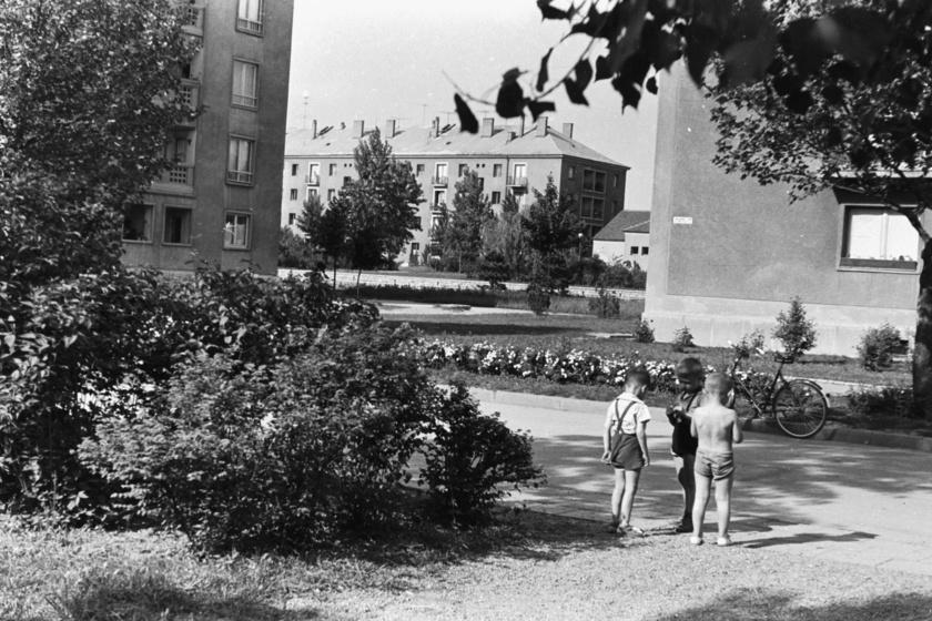 Dunaújváros (Sztálinváros), Vasmű út, a házak között a Gagarin tér, 1966.