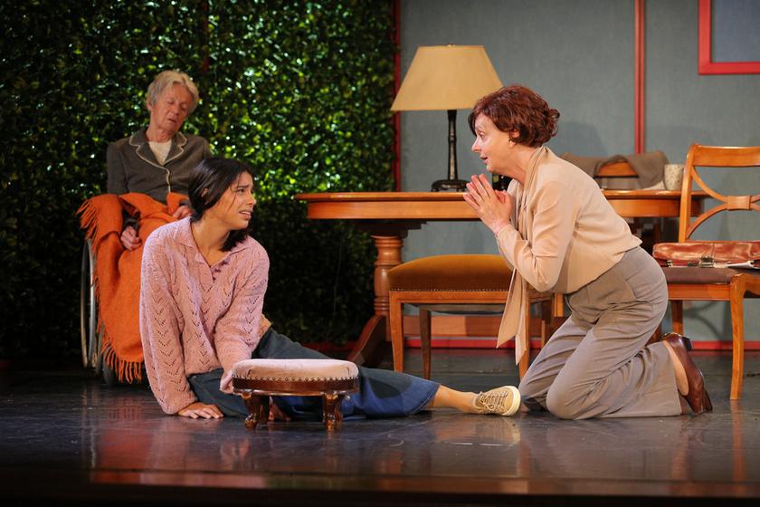 Gombó Viola és Hernádi Judit (a háttérben Hámori Ildikó) a Belvárosi Színházban 2021. szeptember 5-én bemutatott Amy világa című darabban.