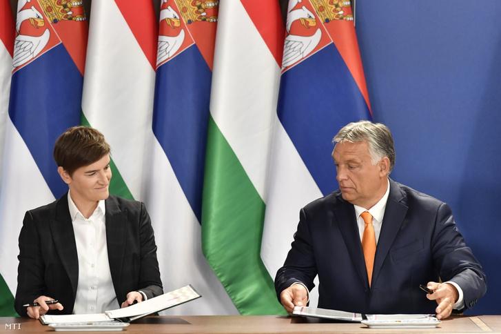 Ana Brnabic szerb miniszterelnök és Orbán Viktor magyar kormányfő kormányközi megállapodást ír alá Budapesten a Karmelita kolostorban tartott sajtótájékoztatón 2021. szeptember 8-án
