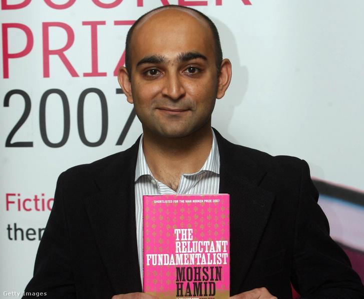 Mohsin Hamid, a 2007-es Man Booker-díj jelöltje a Kétkedő fundamentalista című kötetével a londoni Hatchard könyvesboltban