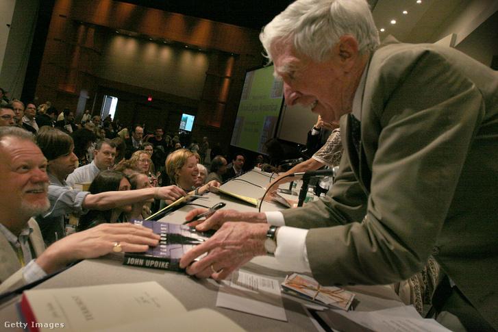 """John Updike, író dedikálja új könyve, """"A terrorista"""" példányait 2006. május 20-án Washingtonban"""