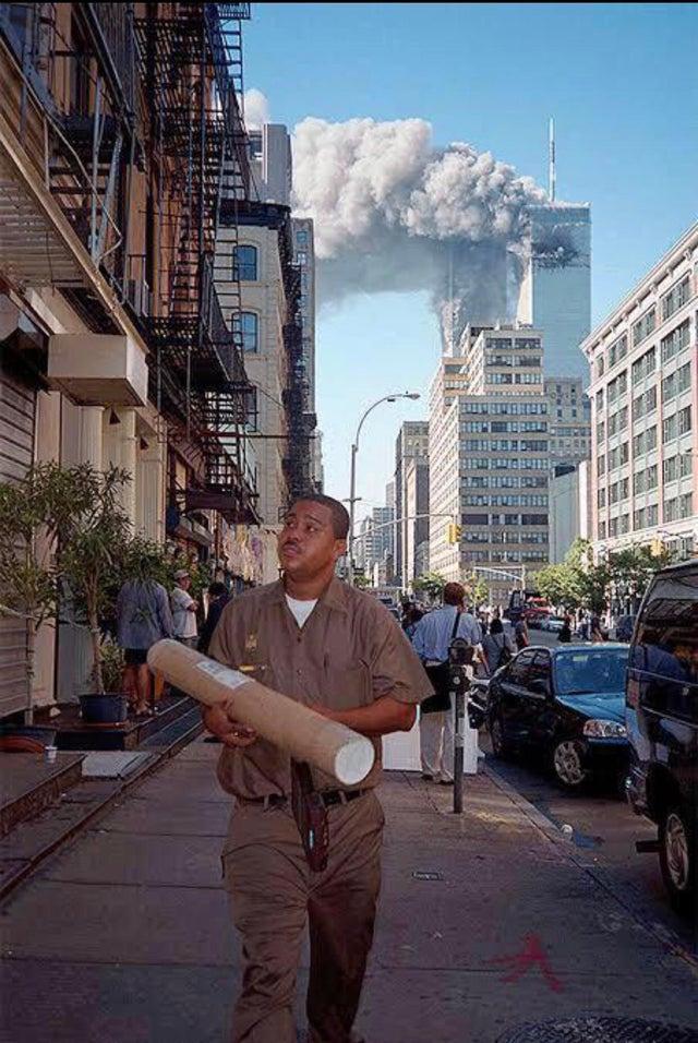 A futár azután sem hagyhatta abba a munkát, mikor már mögötte füstöltek a tornyok.