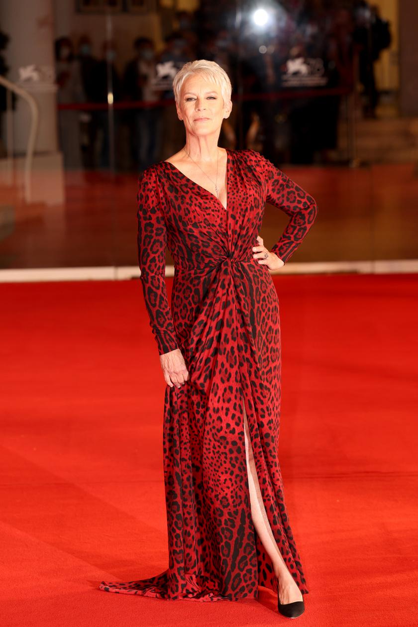 Jamie Lee Curtis a Dolce & Gabbana kreációját viselte a Gyilkos Halloween bemutatóján.