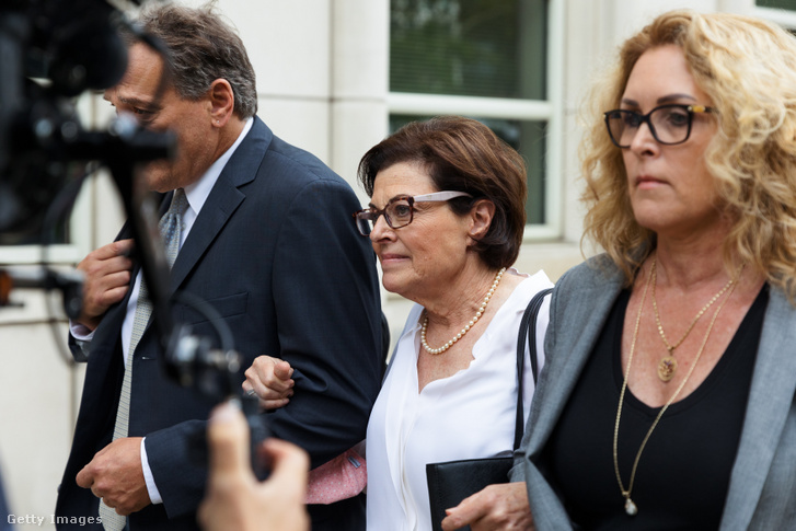 Nancy Salzman (középen)