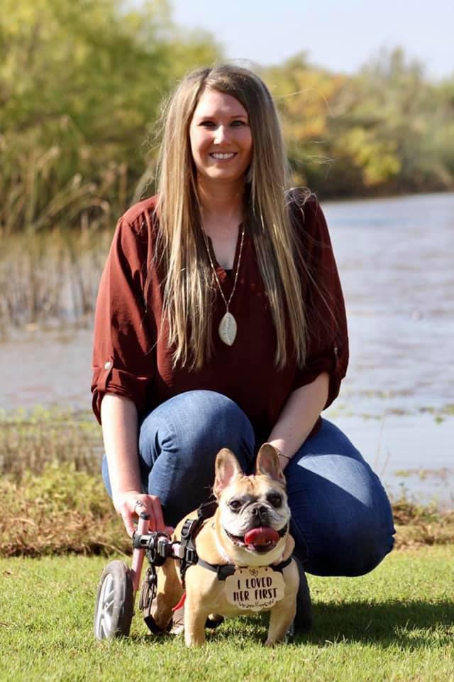 Kelsey és Kardi gyorsan elválaszthatatlanok lettek. A fiatal nő mindent megtesz, hogy kutyusa a betegségekkel együtt is a legboldogabb életet élhesse.