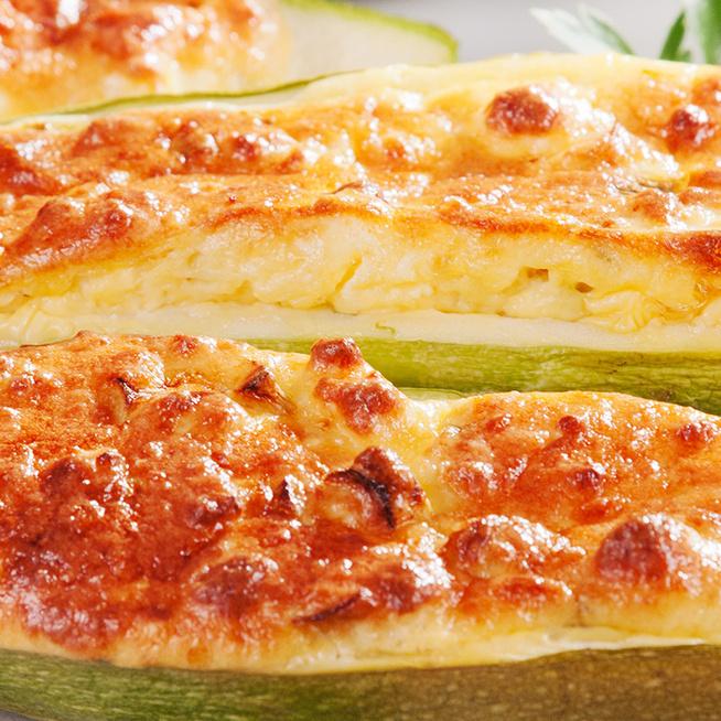 Cukkinicsónak rengeteg sajttal és ricottával töltve: a gyerekek is imádni fogják
