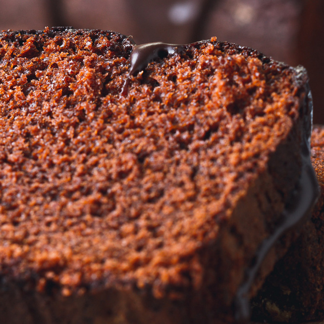 Csupa csoki sütemény kenyérformában készítve: fényes csokimáz koronázza meg