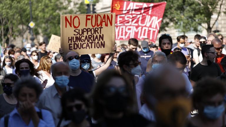 Az idősebbek jobban ellenzik a Fudan Egyetemet, mint a fiatalok