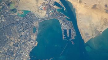 Ismét fennakadt egy teherszállító hajó a Szuezi-csatornán