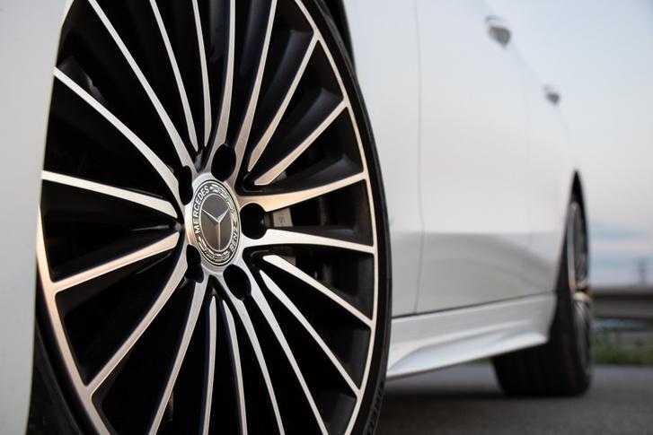 Annyira szép a felni, hogy a Mercedes-Benz feliratos féknyerget szinte észre se vettem