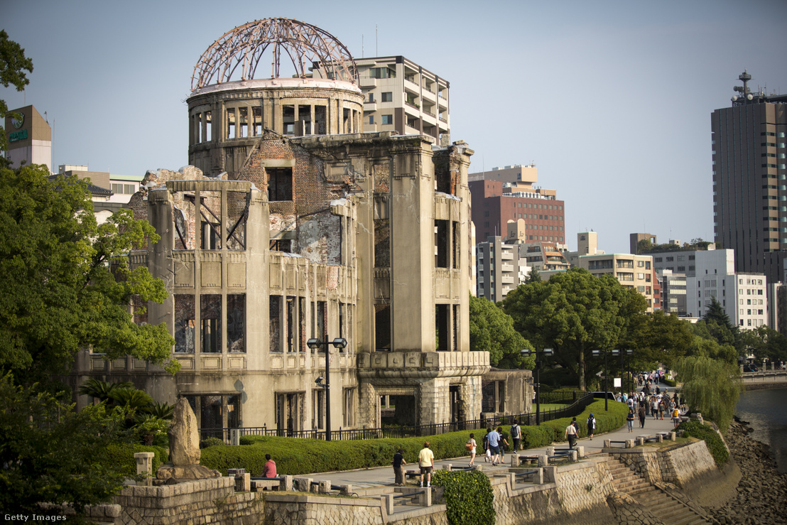 Turisták meglátogatják az atombomba kupoláját két nappal a hirosimai bombázás 71. évfordulója előtt a Hirosimai Béke Emlékparkban, Japánban 2016. augusztus 4-én