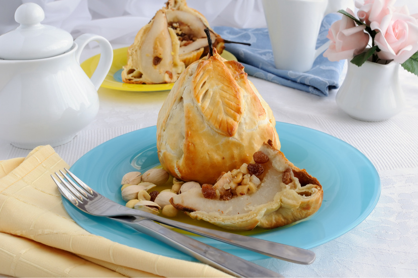 Mézes, diós töltött körte ropogós leveles tésztában sütve: egyszerű és isteni desszert