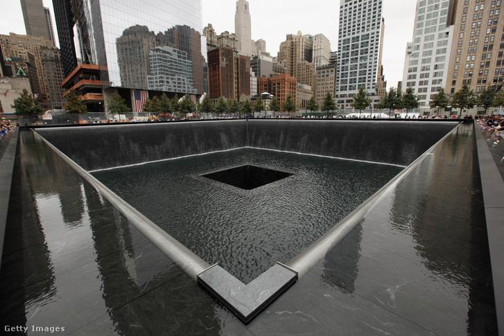 Családtagok sorakoznak a 9/11 Memorial South Pool körül a 2001. szeptember 11-i terrortámadások tizedik évfordulóján tartott ünnepségeken a World Trade Center helyszínén, New Yorkban, 2011. szeptember 11-én