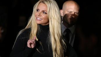Britney apja cselhez folyamodik, miközben a lánya a fenekét fotózgatja