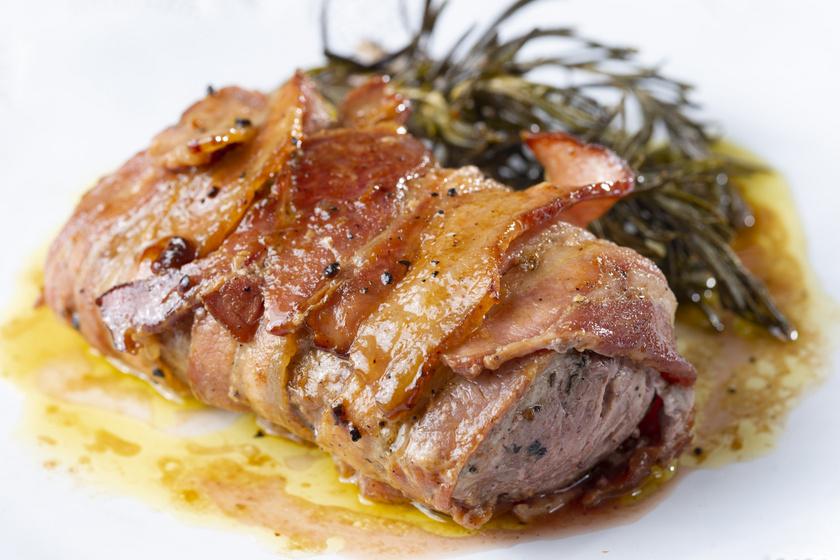 Baconös, mustáros szűzpecsenye a sütőből: kívül ropogós, belül omlós