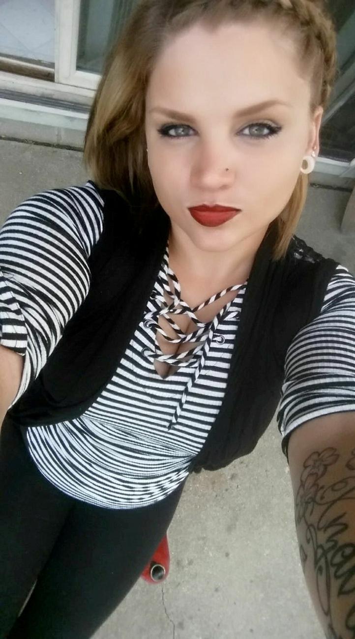 A 31 éves Gabrielle Myers egy buliban volt, amikor a házigazda kutyája, Clyde rátámadt, és marcangolni kezdte az arcát