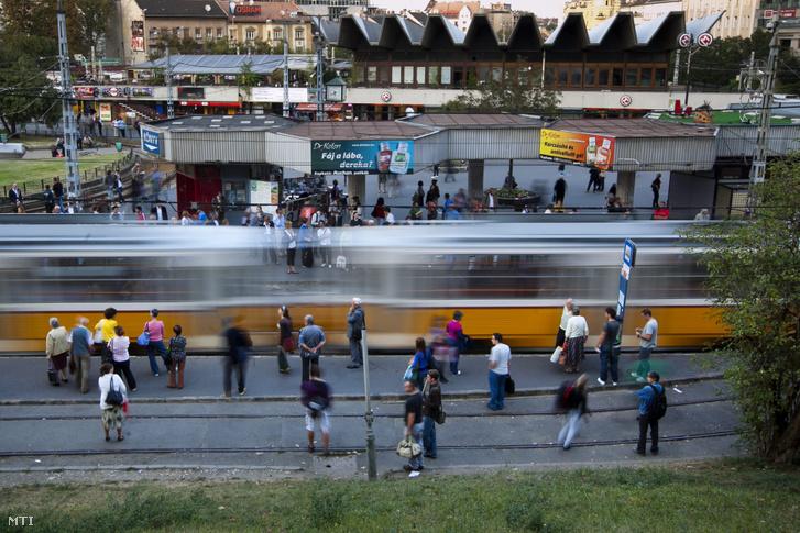 61-es villamos érkezik a Széll Kálmán térre 2011-ben