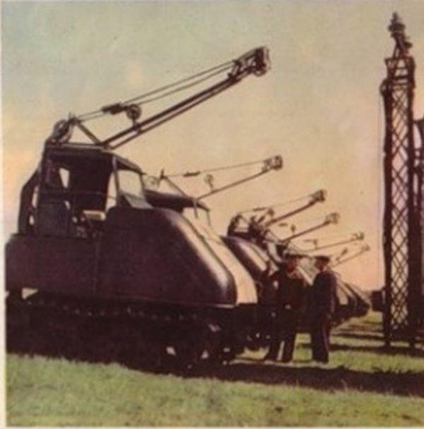 Egy újabb propagandafotó, amelyen egy nagyobb adag KhTZ-12-est adnak át épp