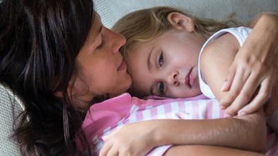 Így tudod elérni, hogy mások kritikái ne üssenek mély sebet a gyereked lelkén