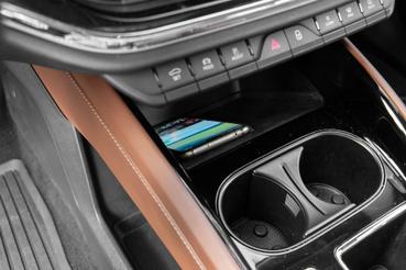 Vezeték nélküli mobiltöltő is rendelhető. Ha nem kell tölteni, de valamit nézni akarunk a mobilon (pl. Waze), a pohártartó adja magát a feladatra. Csak ki kell venni belőle az elválasztót