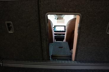 Akár síelni is lehet menni, az alagút ajtaja elölről és hátulról is nyitható