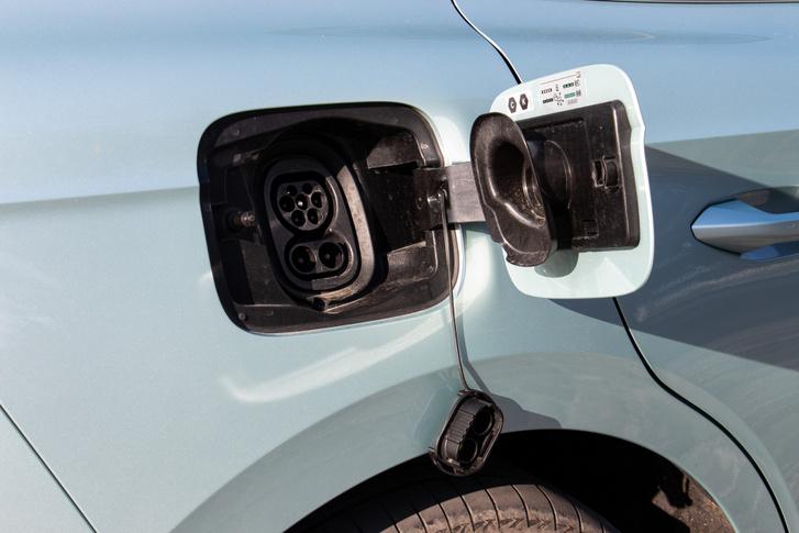 Alapból csak 50 kW-os egyenáramú töltő jár a 77 kWh-s akkuhoz. Érdemesnek tűnik beruházni a feláras 125 kW-osra