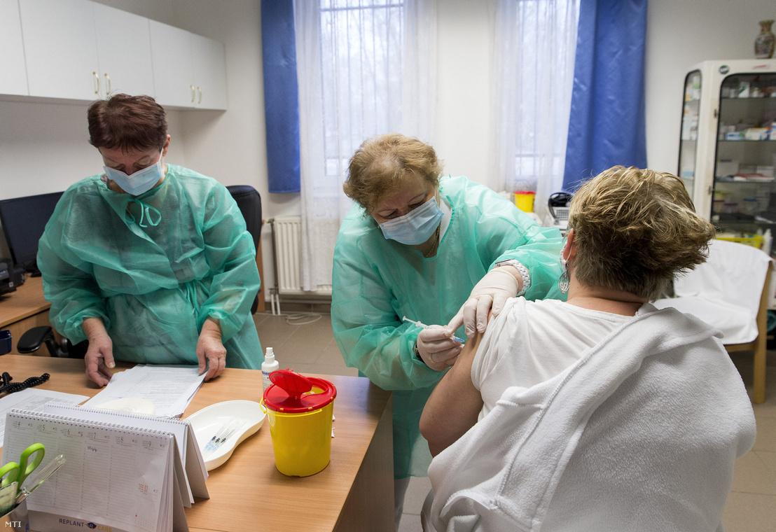 Egy ápoló megkapja a Pfizer–BioNTech koronavírus elleni vakcináját a győri Szent Anna Otthonban 2021. január 10-én
