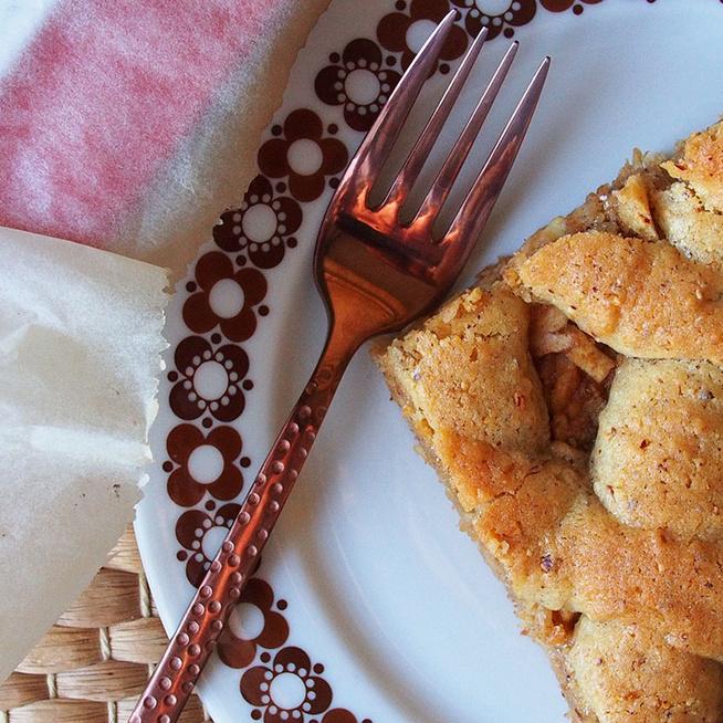 Rácsos almás sütemény dédim receptje szerint: omlós, mogyorós tészta az alapja
