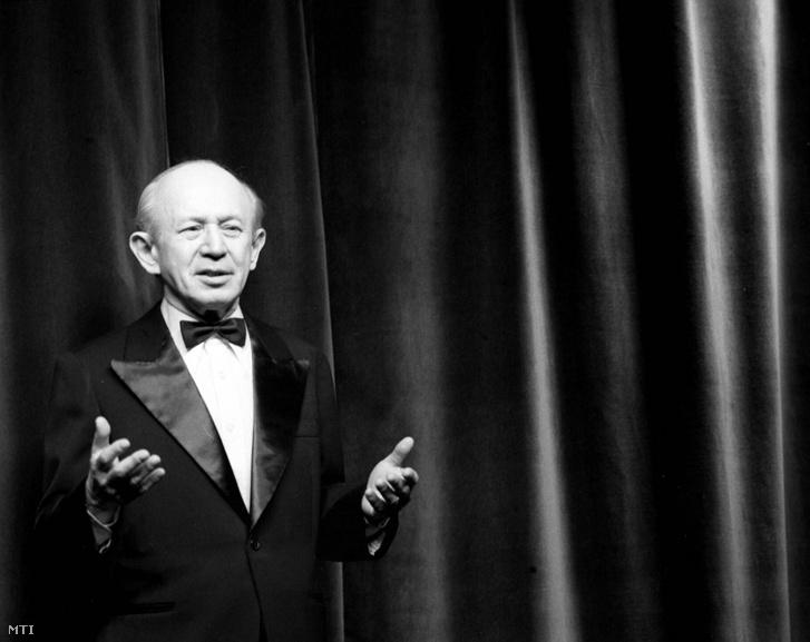 Kellér Dezső konferál a Vidám Színpad Dobogón vagyunk című előadásán 1979. február 22-én