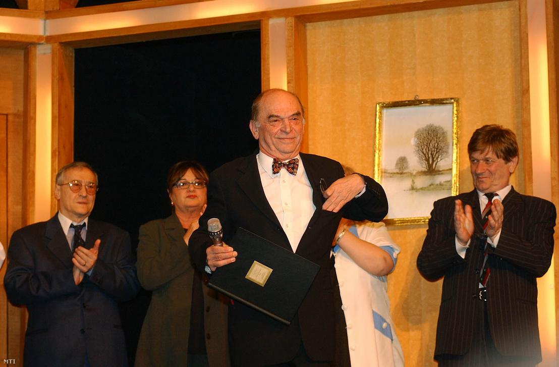 Bodrogi Gyula ötvenéves művészi pályája, valamint 20 éves igazgatói tevékenysége elismeréséül elsőként lett a Vidám Színpad örökös tagja. A kitüntetést Schiffer János főpolgármester-helyettes adta át 2002. január 20-án a Vidám Színpadon