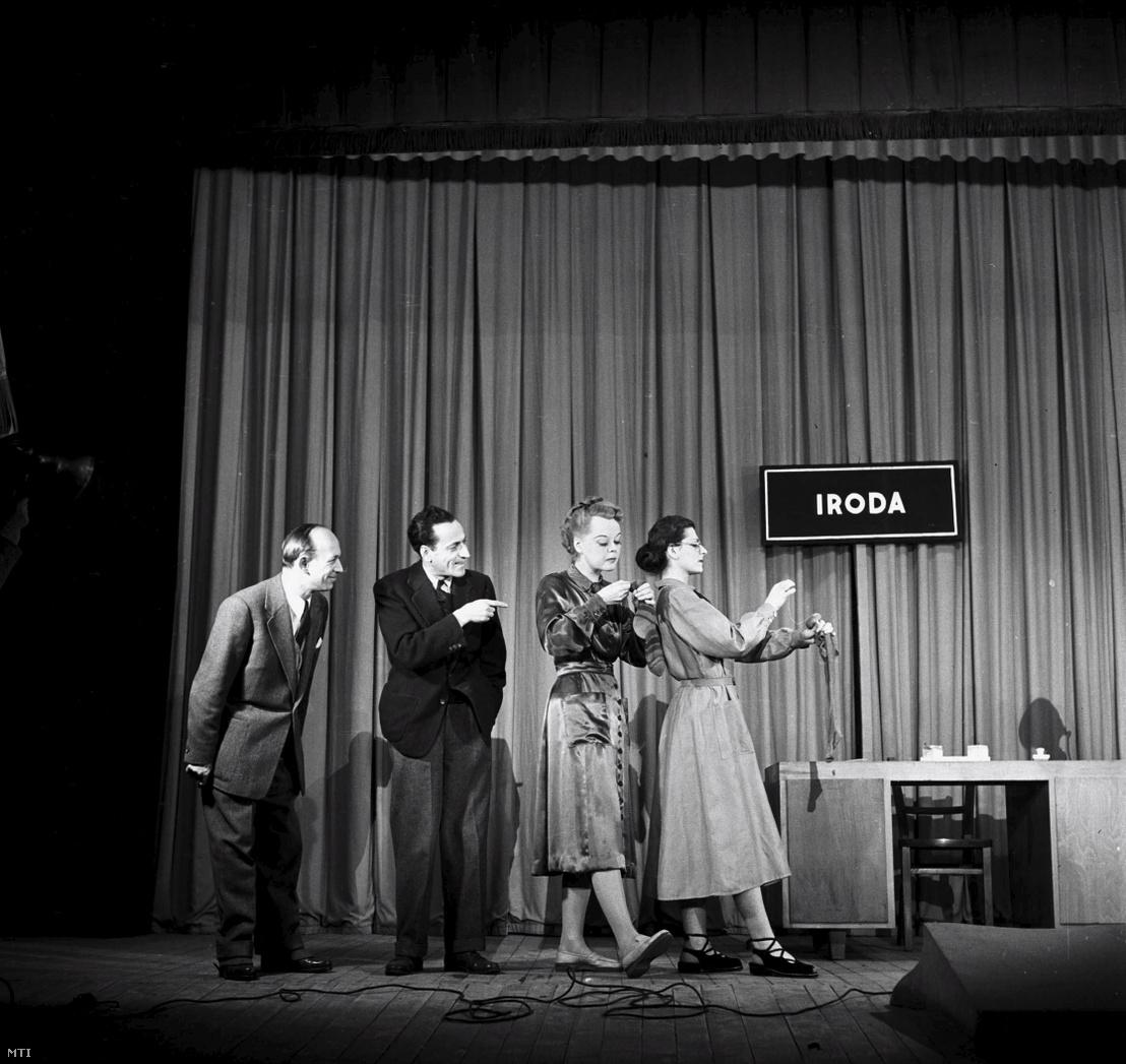 Kellér Dezső, Benedek Tibor, Buttykay Emmi és Réti Katalin a Tessék hozzászólni című kabaré egyik jelenetében a Vidám Színpadon 1952. január 9-én