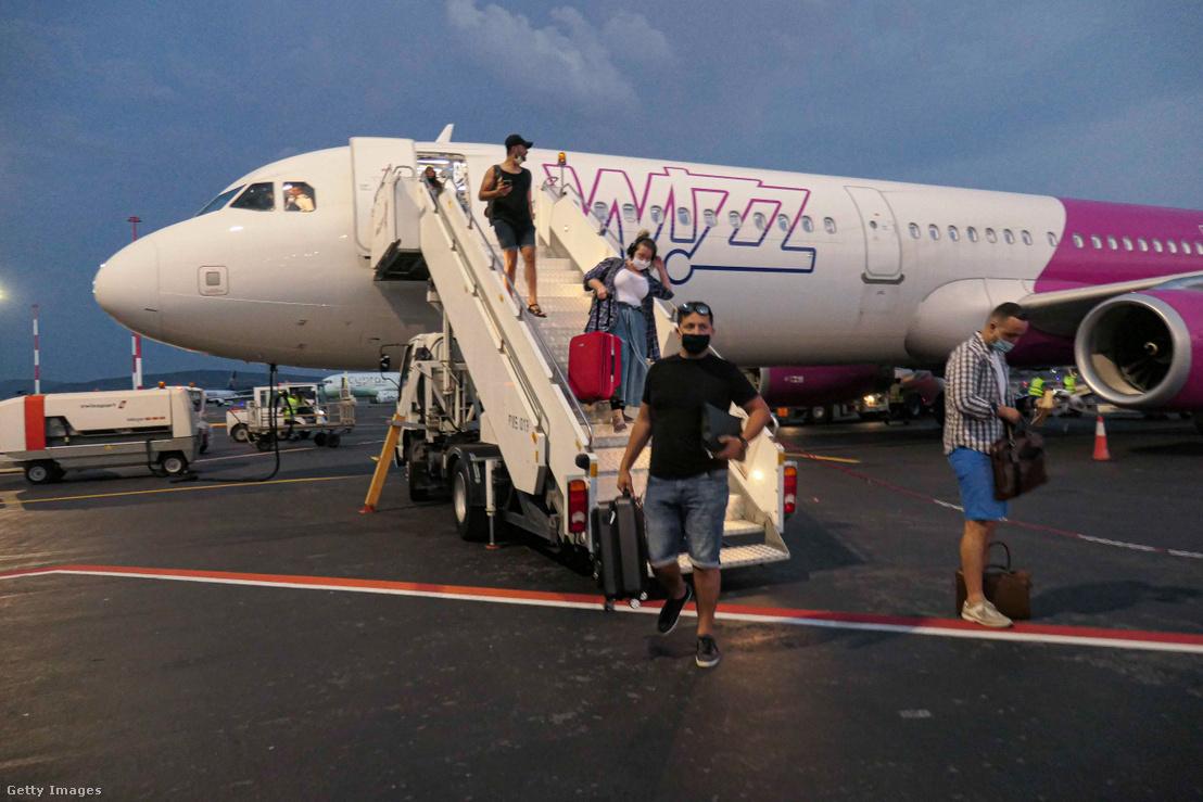 A Wizz Air légitársaság járatáról szállnak le az utasok Budapesten, a Liszt Ferenc repülőtéren 2020. július 3-án