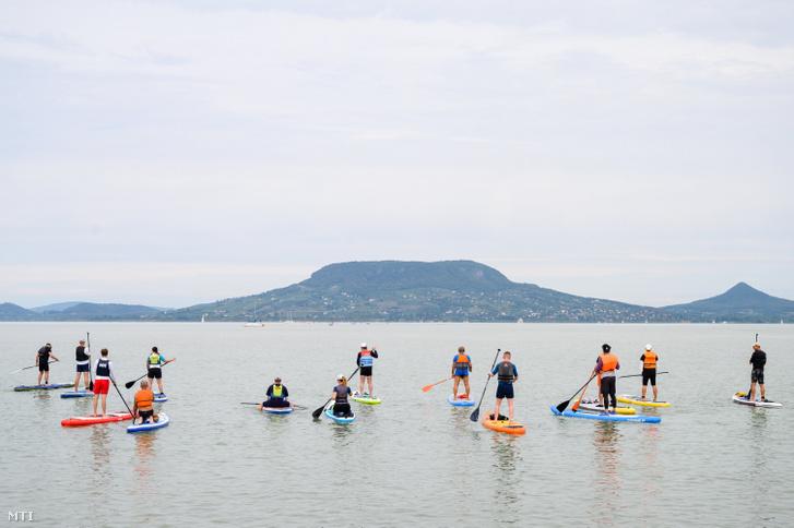 SUP-deszkások (állószörfösök) a rajt előtt a 10. alkalommal megrendezett Balaton-átevezésen Fonyód közelében 2021. augusztus 28-án