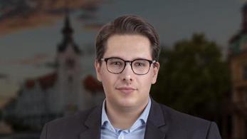 A Fidesz-plakát átragasztása miatt feljelentették a Momentum képviselőjelöltjét