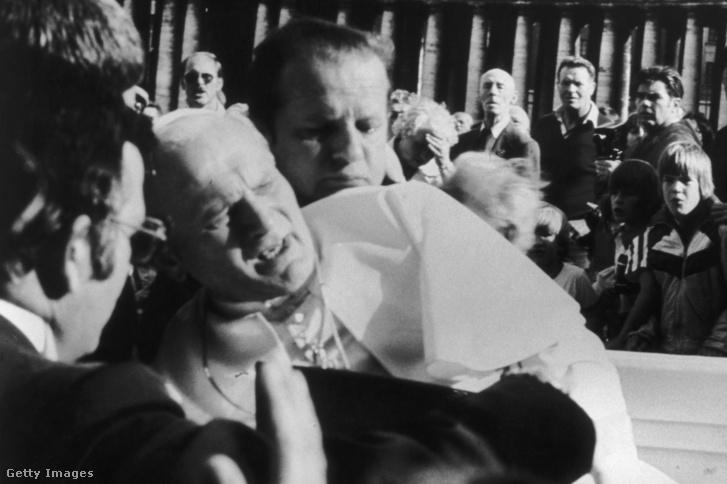 II. János Pál pápa, miután a merénylő Mehmet Ali Agca rálőtt a római Szent Péter téren, 1981. május 13-án