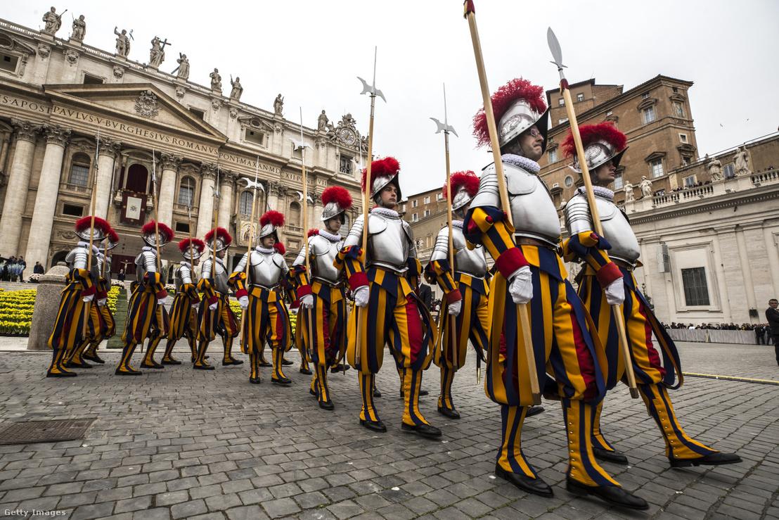 Svájci gárdisták a Szent Péter téren, Vatikánban 2019. április 21-én