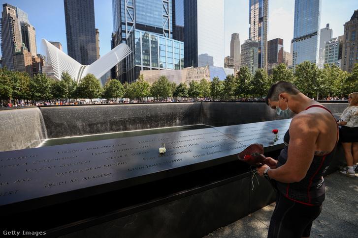 Áldozatok emlékező családtagjai a Ground Zerónál