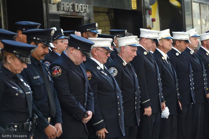 Tűzoltók és rendőrök emlékeznek a terrortámadásban elveszített bajtársaikra 2021. szeptember 11-jén
