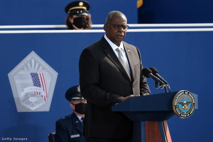 Lloyd Austin védelmi miniszter a Pentagon épületénél 2021 szeptember 11-én