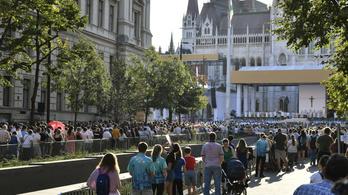 A Kossuth téri miséről a Hősök terére vonult a tömeg