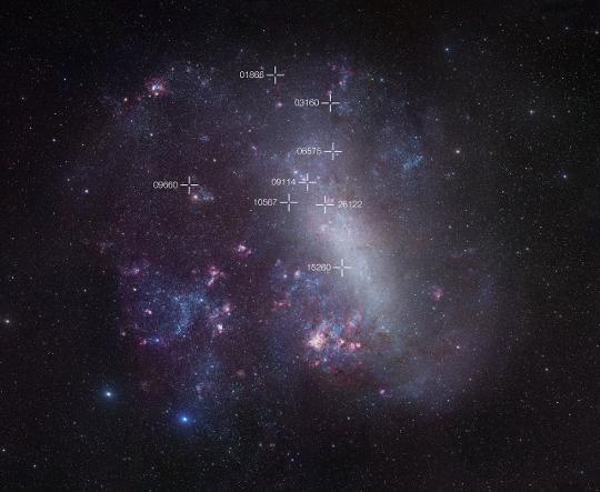 A Nagy Magellán-felhő képén keresztek jelölik a tanulmányozott 8 fedési kettős pozícióját.