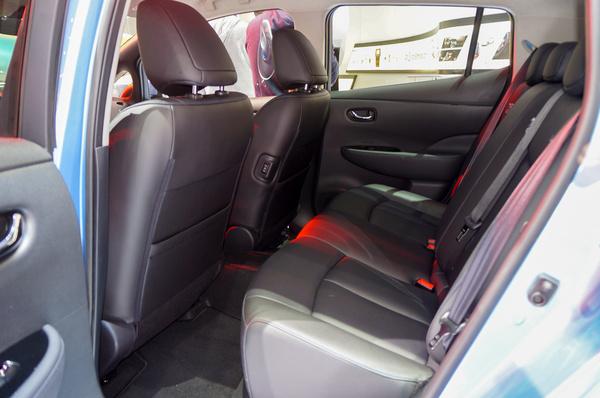 A Leaf hátsó utasai 2013-tól be tudják tenni a lábfejüket az első ülés alá is