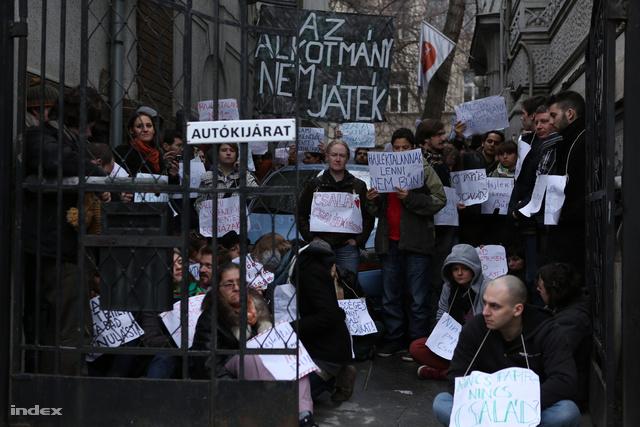 A nap eseményei további galériákban folytatódnak: Délután heves utcai vitákká fajult a székháztüntetés, este pedig az alkotmánybírósághoz vonultak a tüntetők.