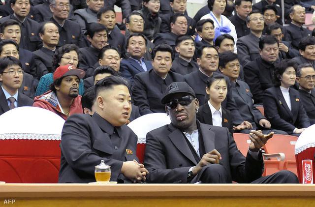 A KCNA észak-koreai hírügynökség által 2013. február 28-án készített képen Kim Dzsong Un elsőszámú észak-koreai vezetőről, a Koreai Munkapárt első titkáráról (b) Dennis Rodmanről, az észak-amerikai profi kosárlabda-bajnokság korábbi játékosáról.