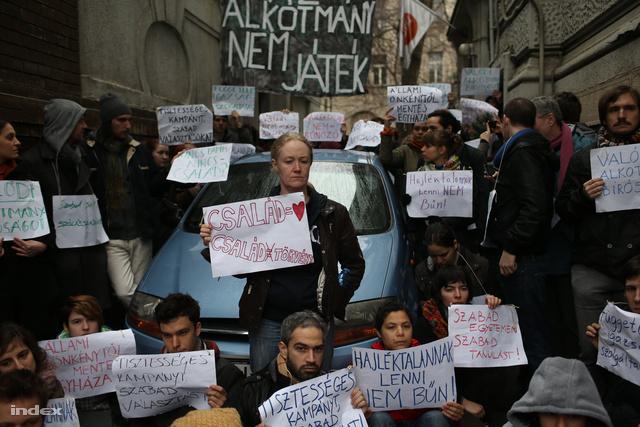 Demonstráció az alkotmánymódosítás ellen a Fidesz székháza előtt március elején