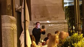 Schwarzenegger a Széchenyi téren kávézgatott