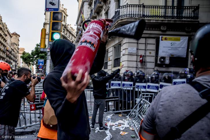 Katalán tüntetők összecsapása a rendőrökkel 2021 szeptember 11-én